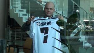 Само един фен взе автограф от Роналдо след кацането в София