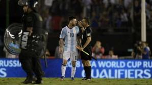 Меси се нахвърли върху реферите след мача (видео)