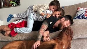Меси се снима с децата и получи целувка