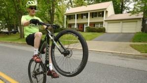 Американец измина 80 км, карайки велосипед на задното му колело